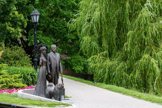 Monumento ao prefeito de riga (1901-1912) george armitstead (1847-1912) na praça perto da ópera nacional da letônia, escultor andris varpa