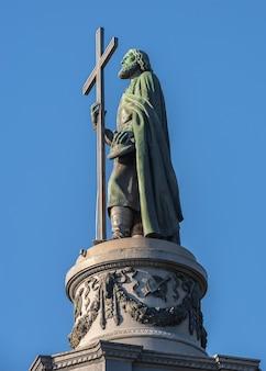 Monumento ao príncipe vladimir o grande em vladimirskaya gorka em kiev, ucrânia, em uma manhã ensolarada de verão