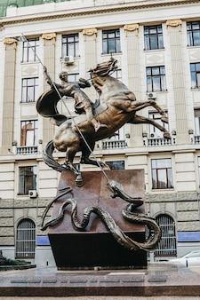 Monumento aos lutadores do sistema estatal ucraniano localizado em lviv.