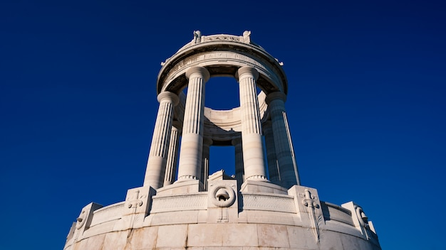 Monumento aos soldados caídos da segunda guerra mundial com céu azul