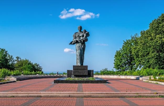 Monumento aos soldados mortos no memorial park em kaniv, ucrânia, em um dia ensolarado de verão