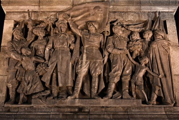 Monumento aos soldados soviéticos para a vitória na segunda guerra mundial à noite