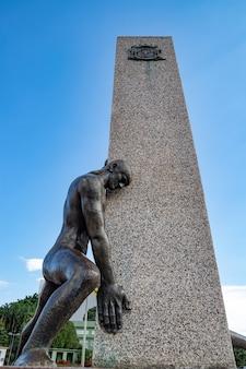 Monumento às três corridas na praça dr. pedro ludovico teixeira