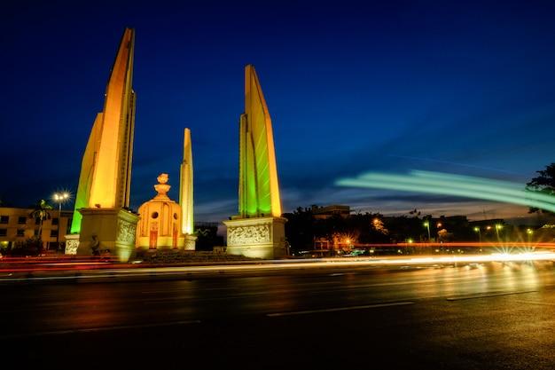 Monumento da democracia de bangkok, tailândia atirou ao entardecer