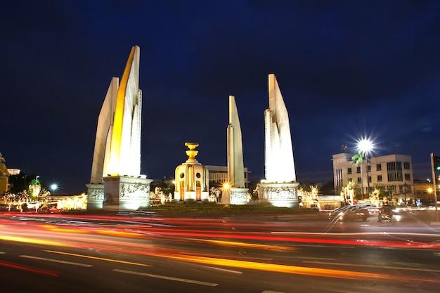 Monumento da democracia na noite, bangkok, tailândia.