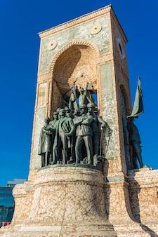 Monumento da república na praça taksim em istambul, turquia