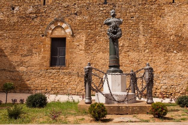 Monumento de bronze a umberto i na piazza armerina
