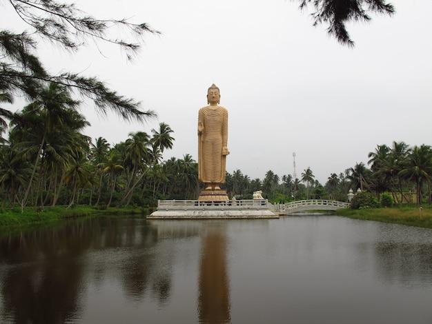 Monumento de budda na costa oeste do oceano índico, sri lanka
