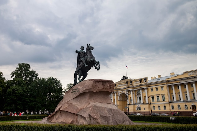 Monumento do cavaleiro de bronze na margem do rio neva em dia nublado. centro de paisagem urbana única são petersburgo. cidade de pontos históricos centrais. principais locais turísticos na rússia. império russo da capital