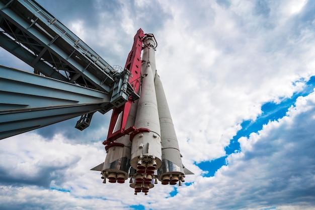 Monumento do foguete espacial russo vostok contra um céu com nuvens