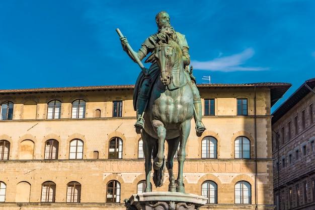 Monumento equestre de cosimo i em florença, itália