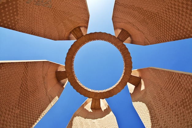 Monumento na barragem de aswan, egito