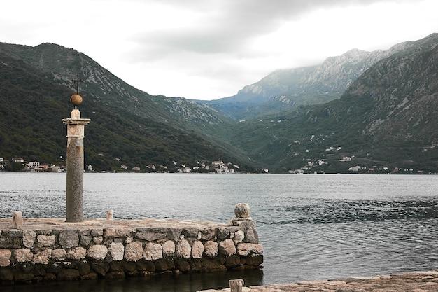 Monumento na ilha do lago em montenegro. europa. viagens.