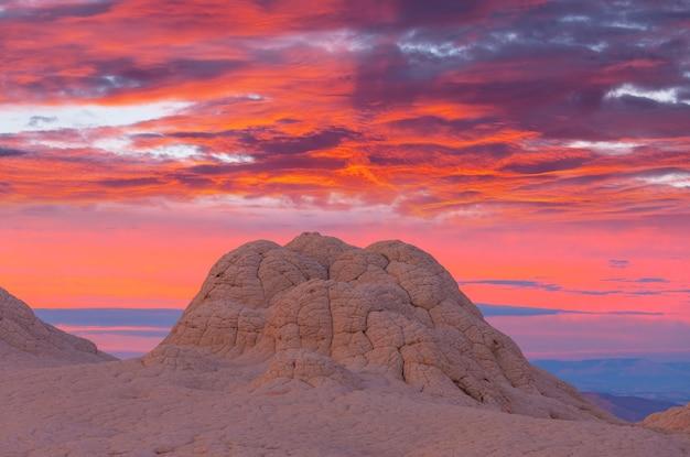Monumento nacional vermilion cliffs. paisagens ao nascer do sol. paisagem incomum de montanhas.