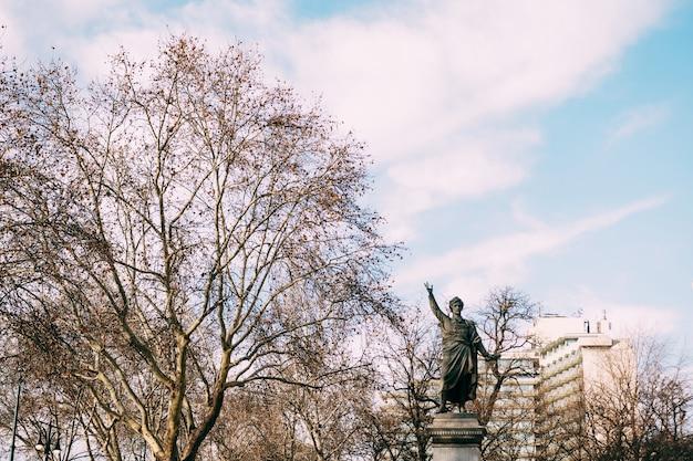 Monumento petofi sandor em budapeste no contexto do parque