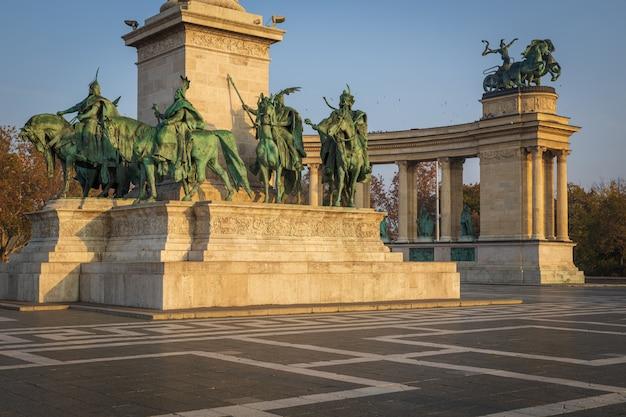 Monumentos bonitos na praça dos heróis, em budapeste, em um dia ensolarado