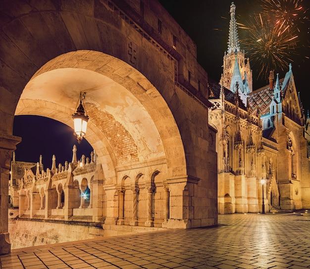 Monumentos em budapeste com fogos de artifício no céu da noite
