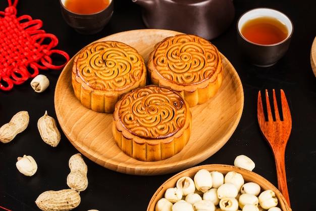 Mooncakes tradicionais na configuração de mesa com uma xícara de chá.