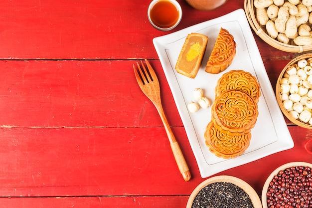 Mooncakes tradicionais no ajuste da tabela com xícara de chá.