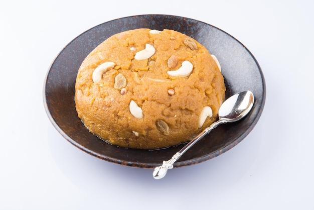 Moong dal halwa é um prato doce indiano feito com grama verde sem pele, ghee e frutas secas