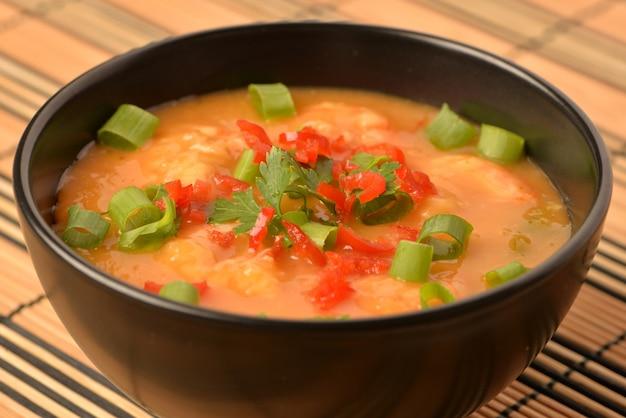 Moqueca de camarão com cebolinha, salsa e pimenta