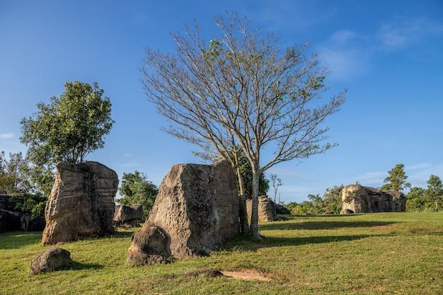 Mor hin khao, ou stonehenge tailandês no parque nacional de phu laenkha. incrível rochas naturais paisagem ponto de vista localizado em chaiyaphum, tailândia