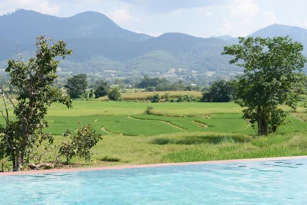 Moradia com piscina e vista montanha com campo verde
