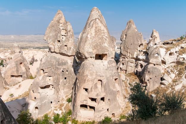 Moradias abandonadas na rocha em goreme, na região da capadócia. turquia.