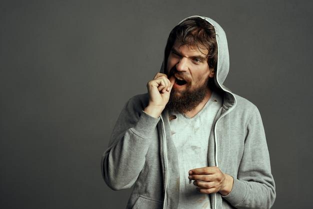 Morador de rua com emoções de barba mendigo