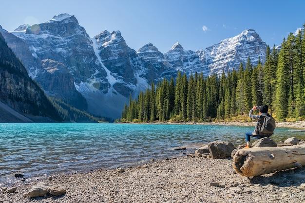 Moraine lake rockpile trail na manhã de dia ensolarado de verão, turistas tirando fotos na bela paisagem.