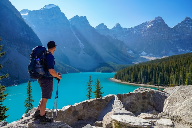 Moraine lake rockpile trail na manhã ensolarada de verão, os turistas apreciando a bela paisagem. parque nacional de banff, canadian rockies, alberta, canadá.