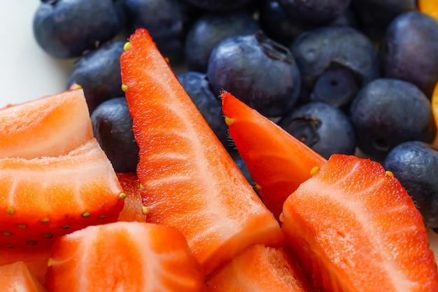 Morango. cocktail de vitamina de frutas e bagas. mirtilos, alecrim e physalis. foodfoto. colheita do jardim.