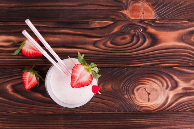 Morango cocktail na superfície de madeira