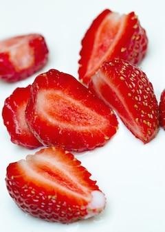 Morango com creme de leite é cortado para fazer um rolo de frutas natural de sorvete.