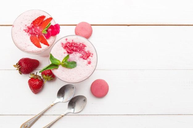 Morango com iogurte em madeira rústica branca. sobremesa creme