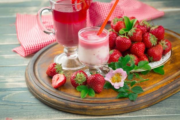 Morango doce e smoothies saudáveis em cima da mesa.
