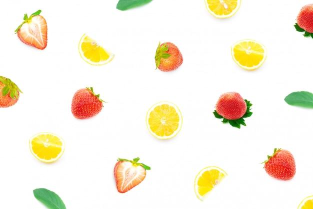 Morango e limão de refrescamento em um branco isolado