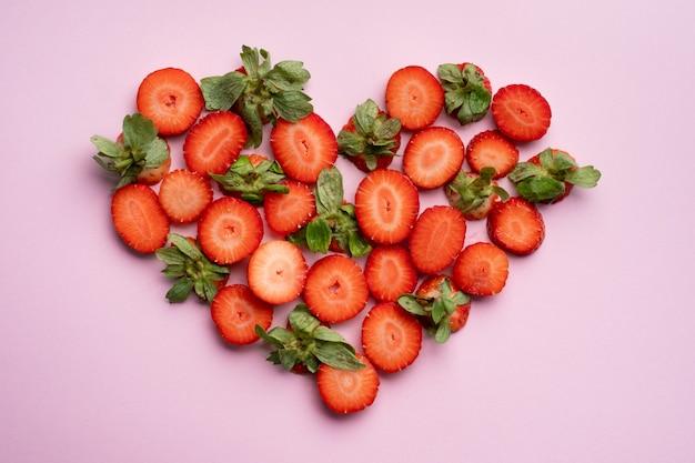 Morango em forma de coração, conceito para o dia dos namorados