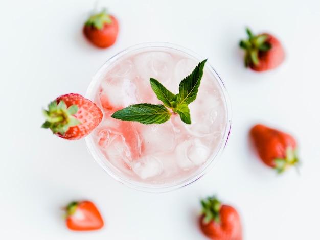 Morango fresco cocktail com gelo e folha de hortelã