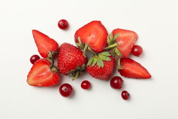 Morango fresco e cranberry isolado
