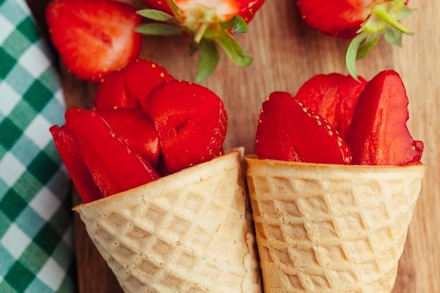 Morango fresco no cone de waffle. comida criativa