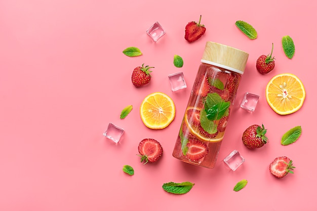 Morango infundido água, coquetel, limonada ou chá.
