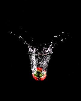 Morango mergulhando na água