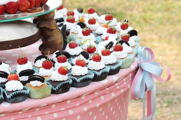 Morango no bolo de chocolate ao ar livre, bolo de casamento
