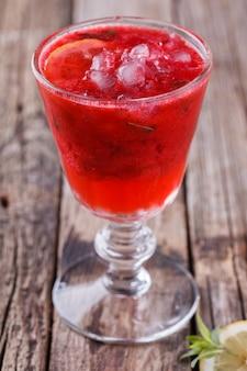 Morango, suco frio de frutas frescas. bebida de festa de verão