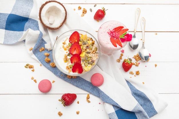 Morangos e iogurte café da manhã na mesa