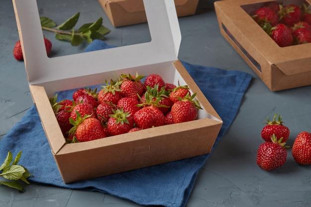 Morangos em embalagens cartonadas ecológicas, comida vegetariana