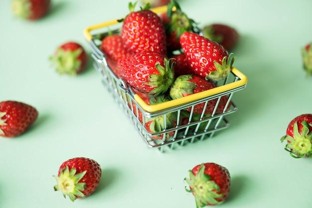 Morangos em uma cesta de compras