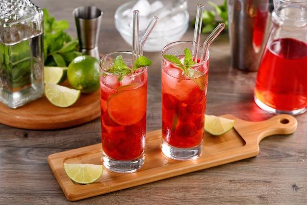Morangos frescos combinados com suco natural e tequila