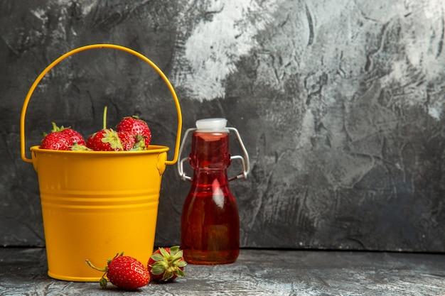 Morangos frescos dentro de uma cesta na mesa escura vitamina de frutas vermelhas